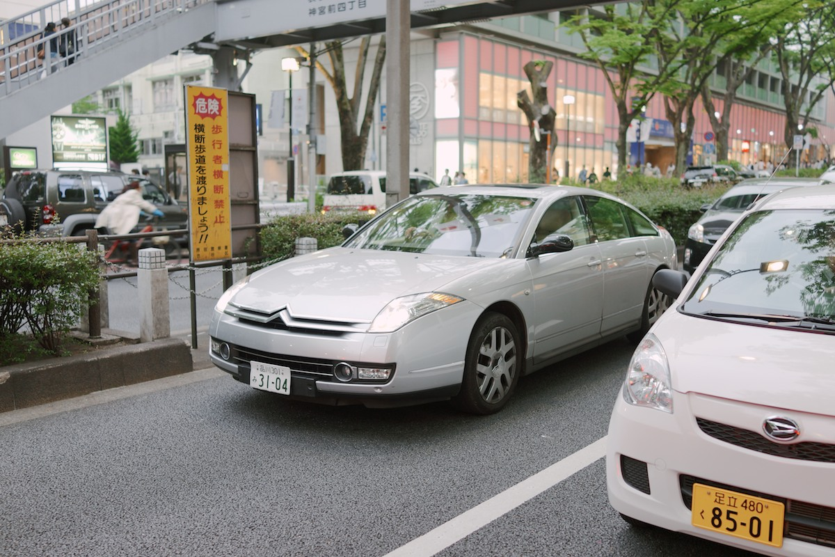 Japan seems to import all the European brands we don't get in America. Spotted thisCitroën C6 in Harajuku.