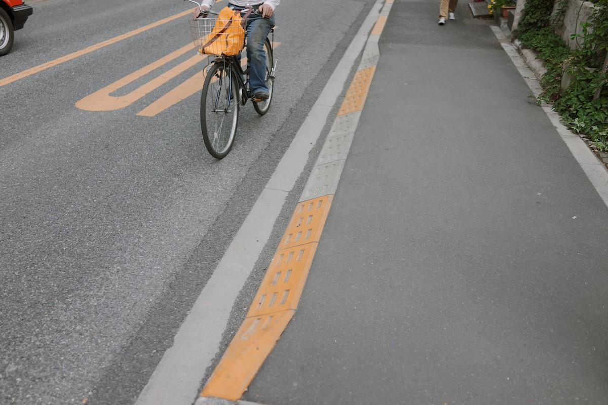 A clean curb-cut solution found inMitaka.