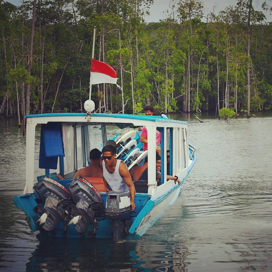 Kandui_surfboat.JPG