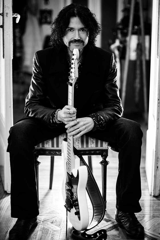 vodevil-vargas-musica-rock-music-crossover-heavy-metal-flamenco-fusion-betis-41-compositor-productor-guitarrista-curro-25-expo92-ricardo-moreno-cine-imagen-audiovisual-colibri-bio.jpg