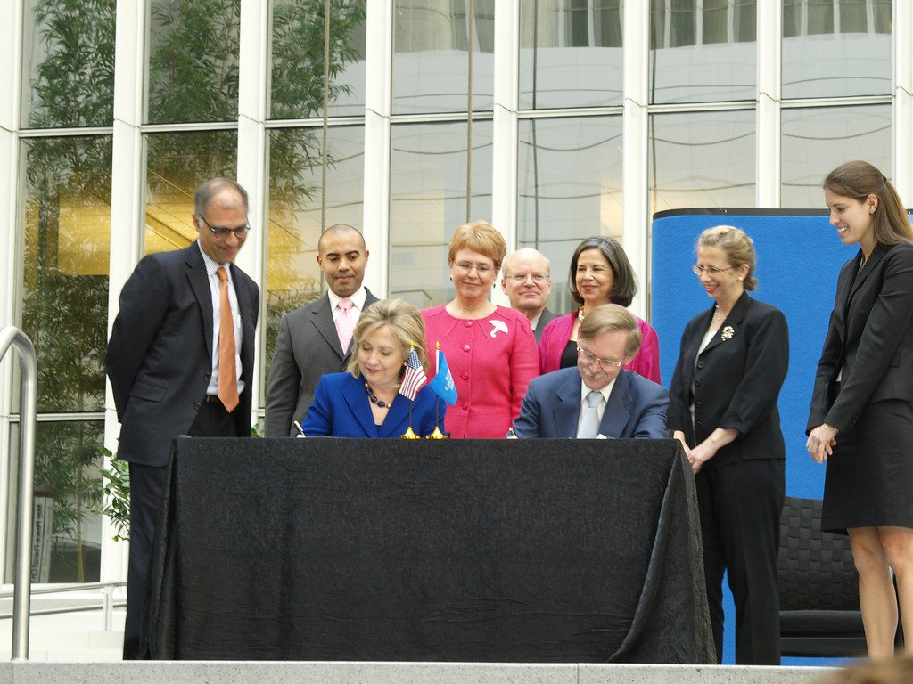 Secretary of State Clinton and World Bank President Robert Zoellick sign an agreement at the World Bank on World Water Day, 2010