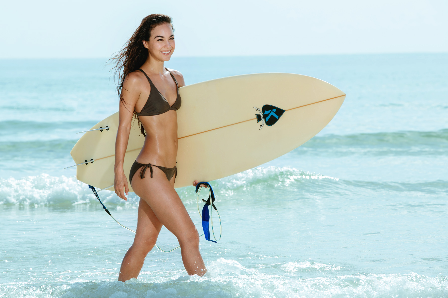 miami_lifestyle_beach_fitness_photography_david_gonzalez_surf_smailing_girl.jpg