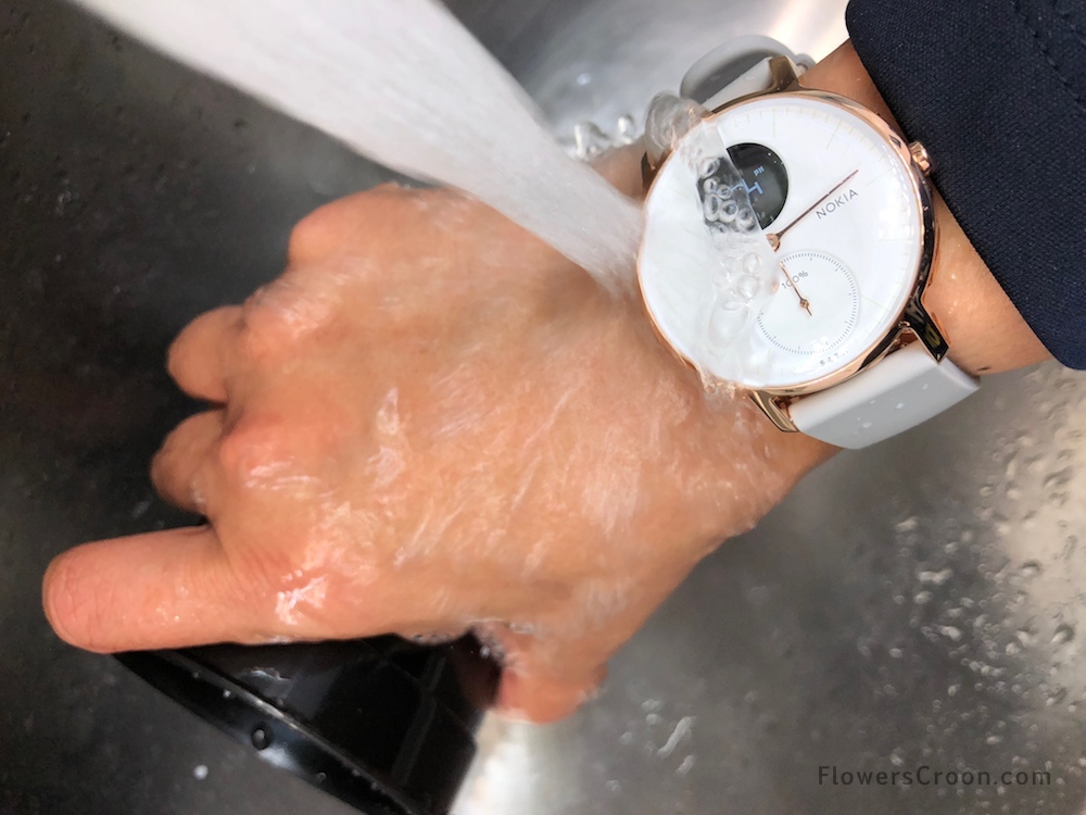 Washing dishes is no problem with the waterproof Nokia Steel HR activity tracker