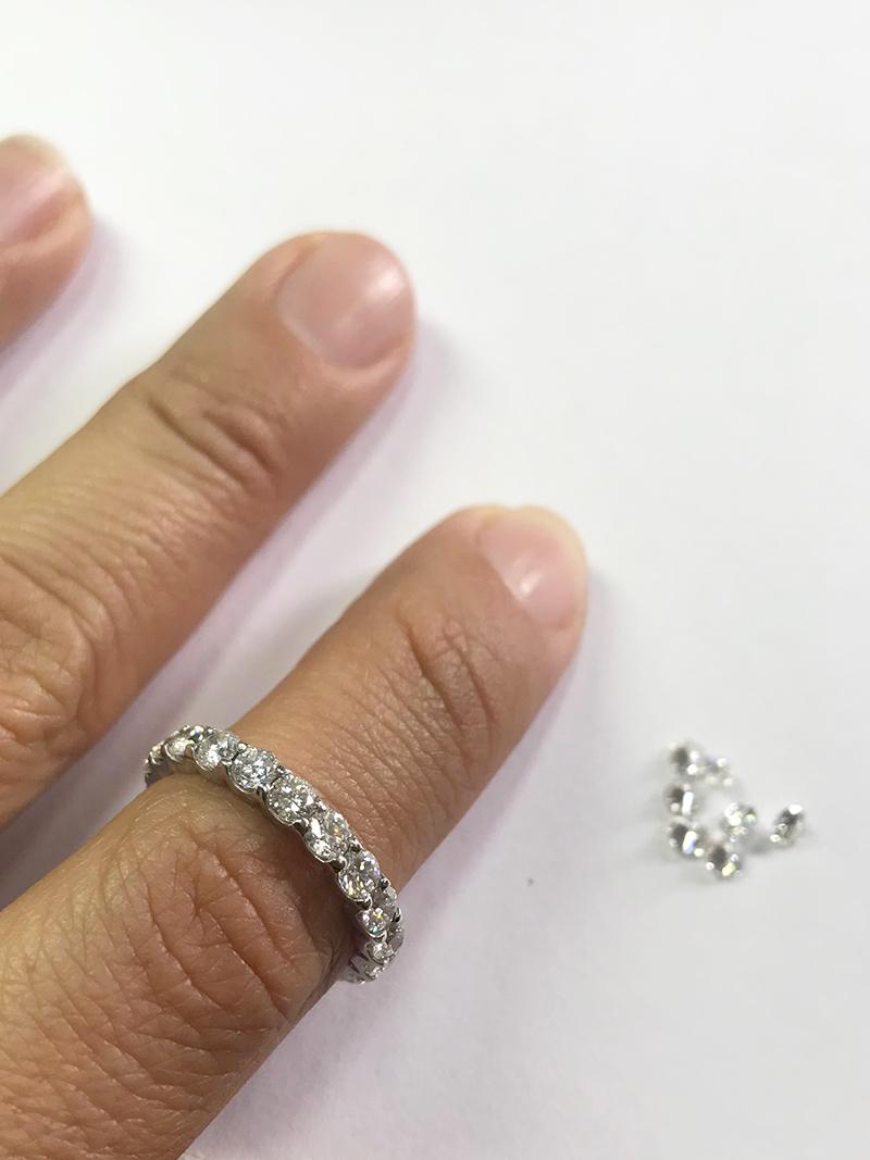 Wedding band made in 14K white gold, total weight of diamonds 4.80 ct. color G and F. Argolla de matrimonio hecha en oro blanco de 14K, peso total de los diamantes 4.80 Ct, color G y F.