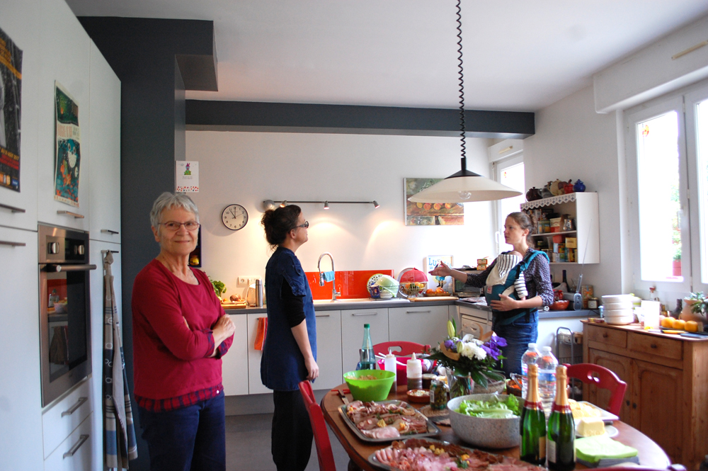 Françoise and her daughters Gwenola and Maïwenn in the kitchen.