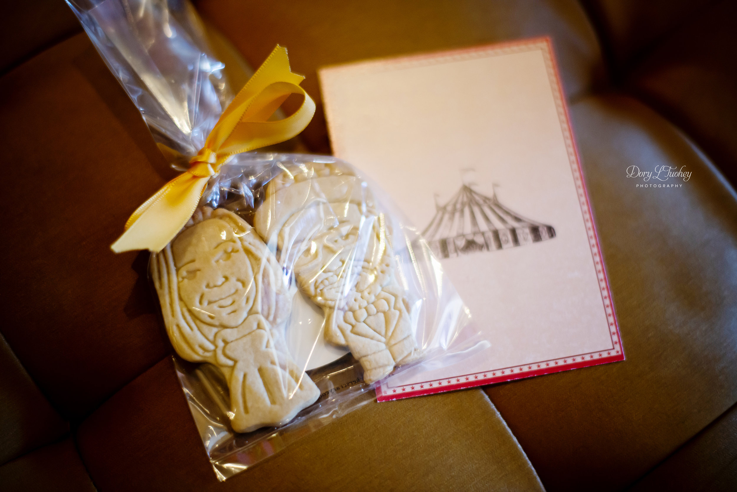 Cookie favors that look like the bride and groom!!!