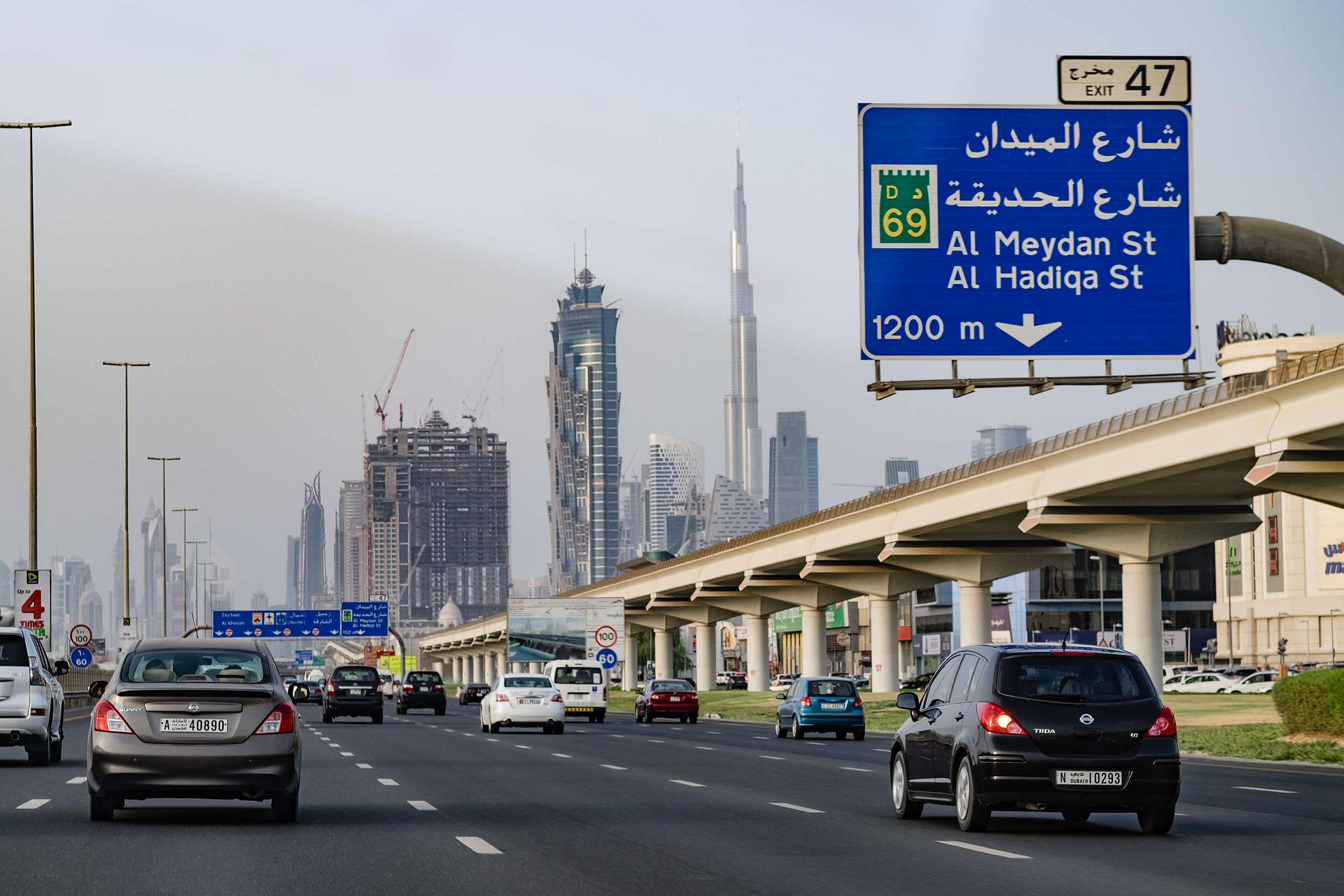 On the way to Dubai Mall, through the taxi's windshield - X-T1. The 56mm (equivalent to 85mm) gives very nice compression, that I miss in wider lenses.