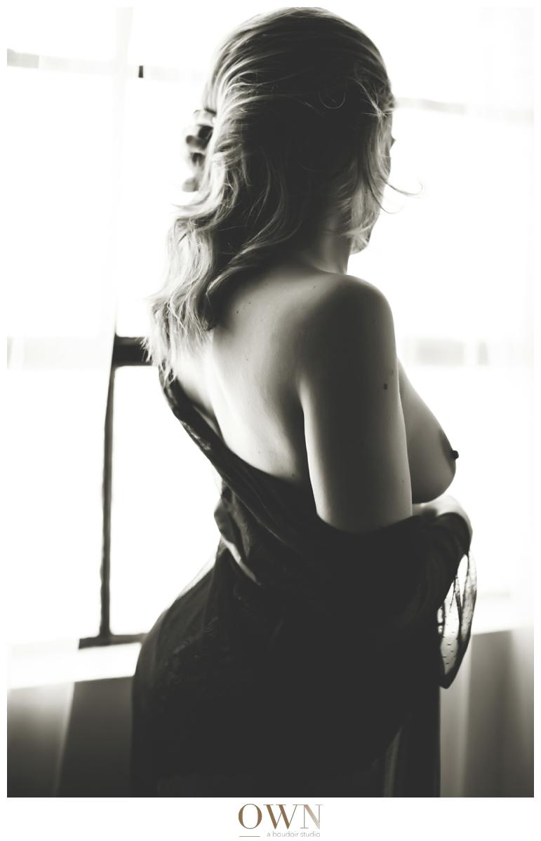 woman's back atlanta georgia boudoir photography black and white photography ownboudoir