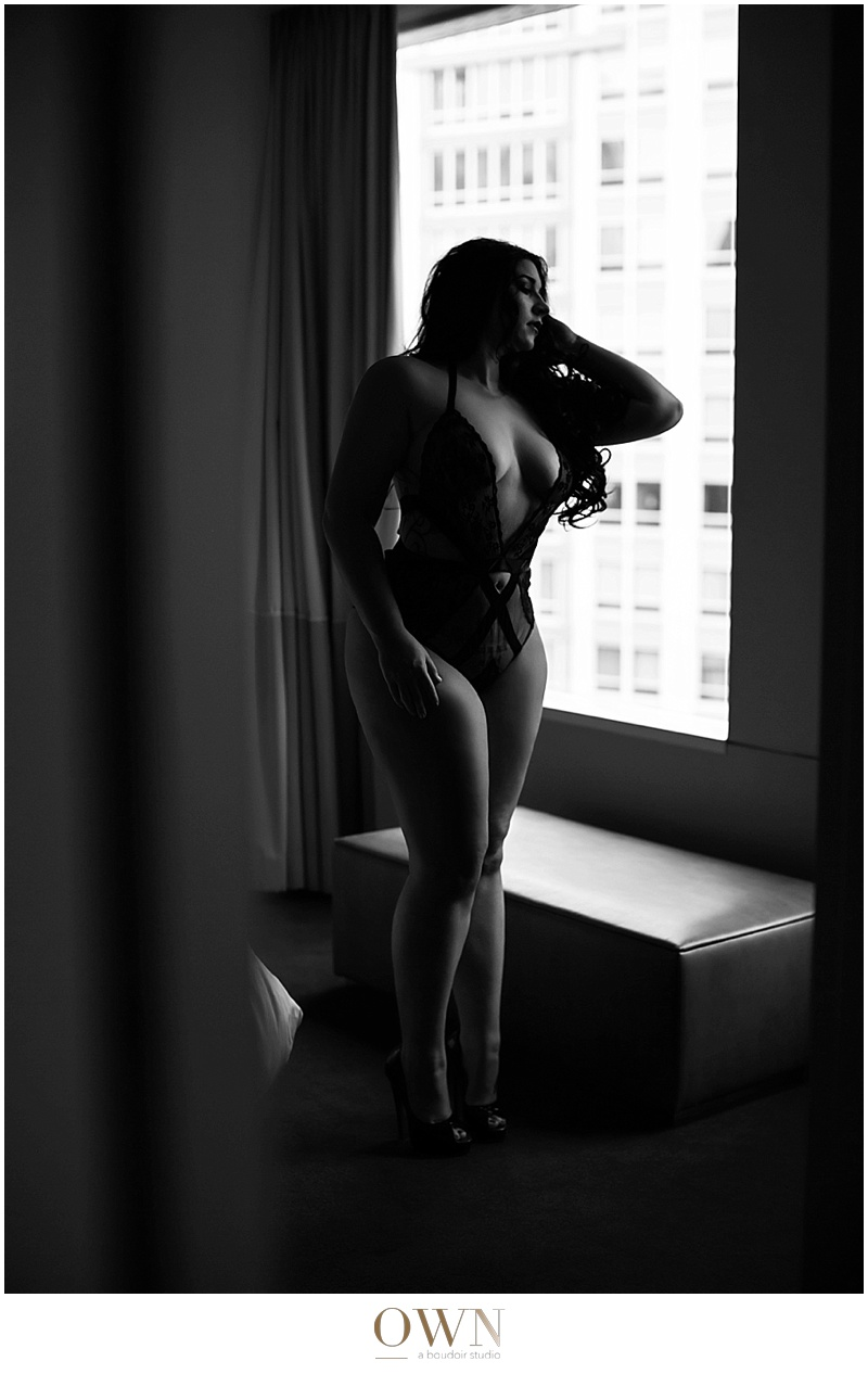 window boudoir atlanta boudoir chicago boudoir photographer crossfit body before and after strong women skyline sofitel hotel boudoir photographer