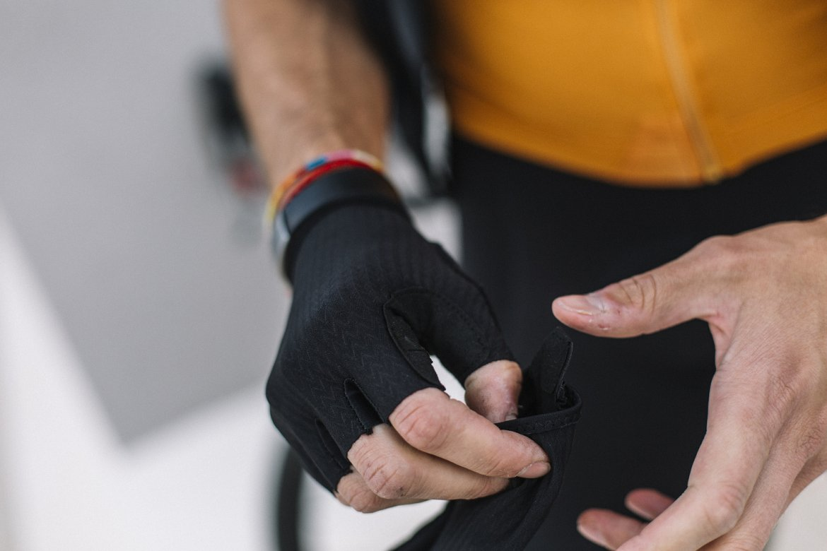 SIGNATURE GLOVES BLACK - An essential item for long-distance escapes. Swiss face material with Coldblack® treatment for dispersing heat. Luxurious Italian Alcantara on the palm side.