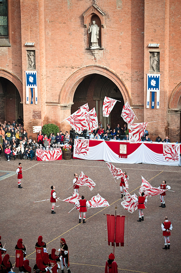 Flag throwing exhibition Piazza Risorgimento