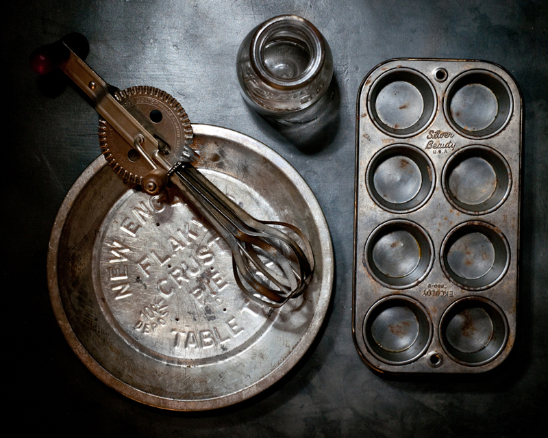 The patina of vintage bakeware can lend an air of nostalgia to your photos, as well as avoid unwanted reflections and the glare of bright highlights.