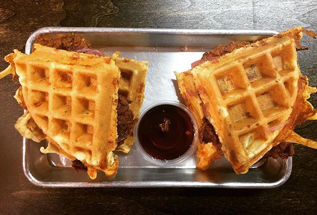 When the chicken & waffles just calling your nameeeee!  #donneteats #barnbites #farmersmarketvibes
