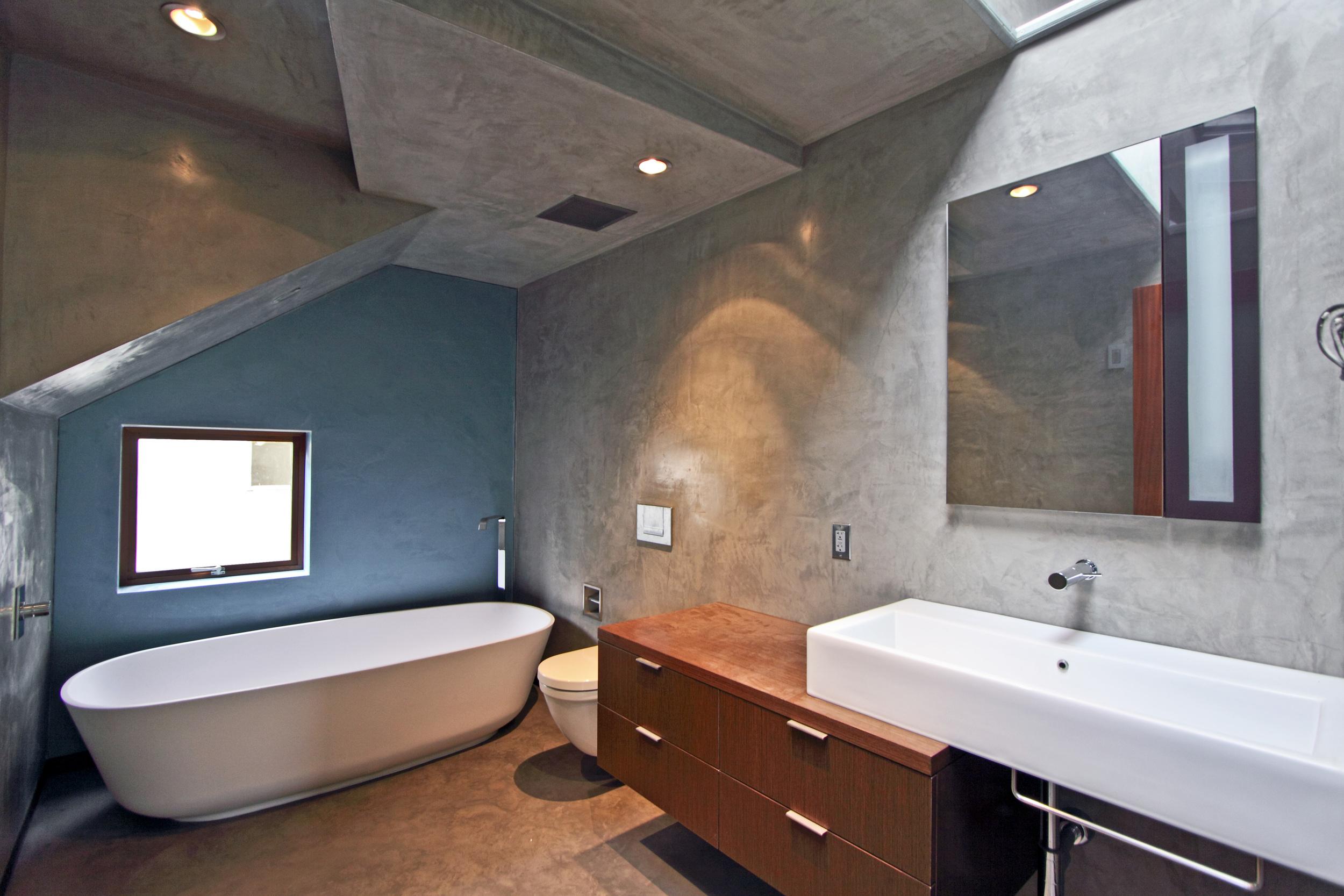 700 Kingman - Middle Bath.jpg