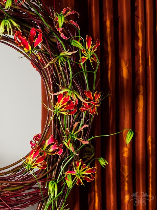 "Cornus wreath decorated with Gloriosa Rothschildiana ""Tomas De Bruyne"" from Dutch grower Richard van Ruiten"