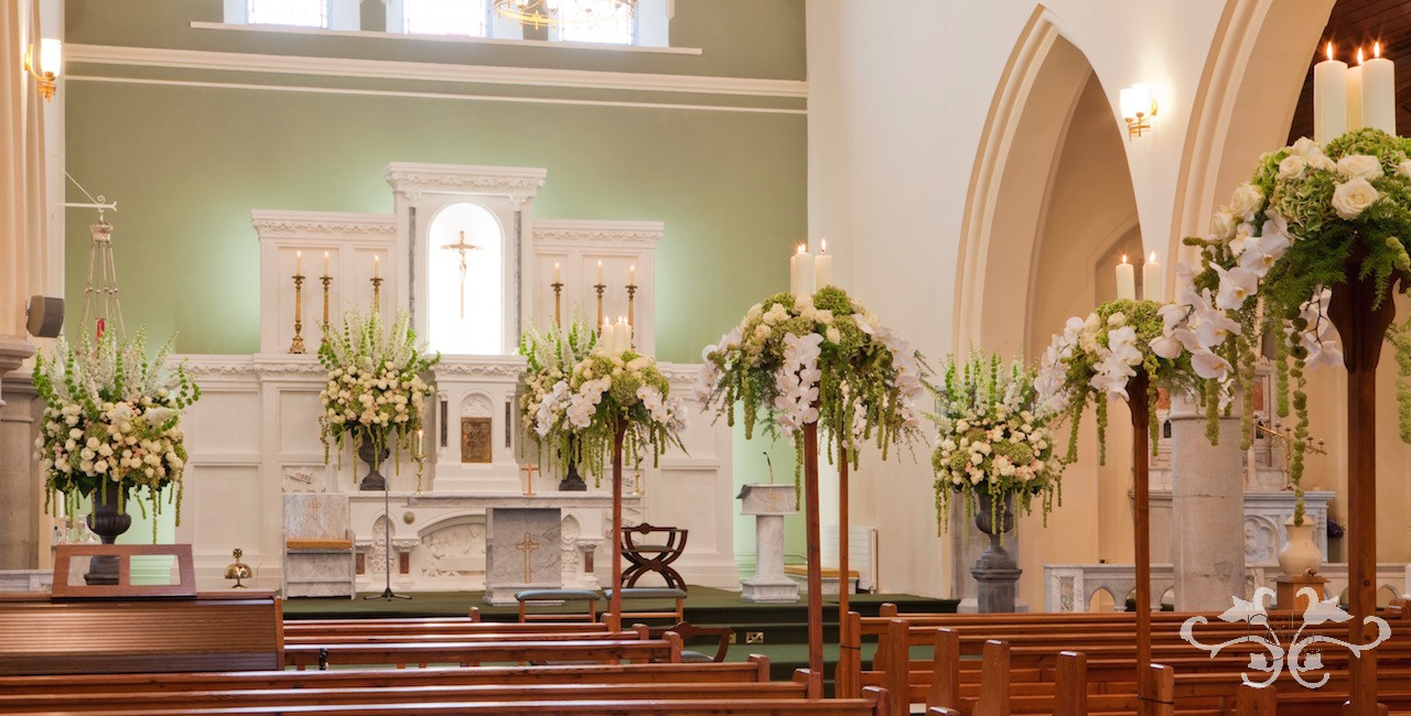 Green, white and soft peach is the colour theme to harmonise with the colours of the church.