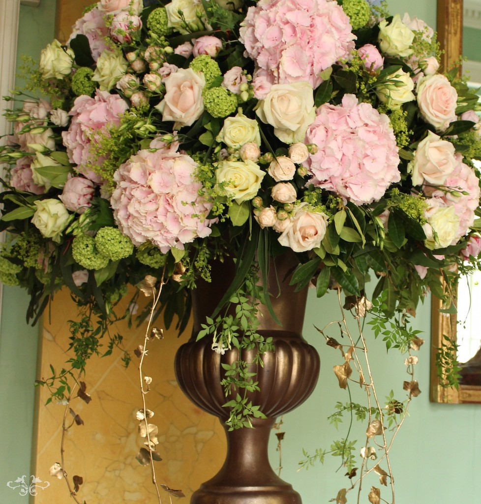 Summer flowers offer an abundance of choice for the Modern Romantic style