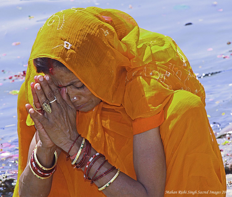 Varanasi W woman bowing at river.jpg