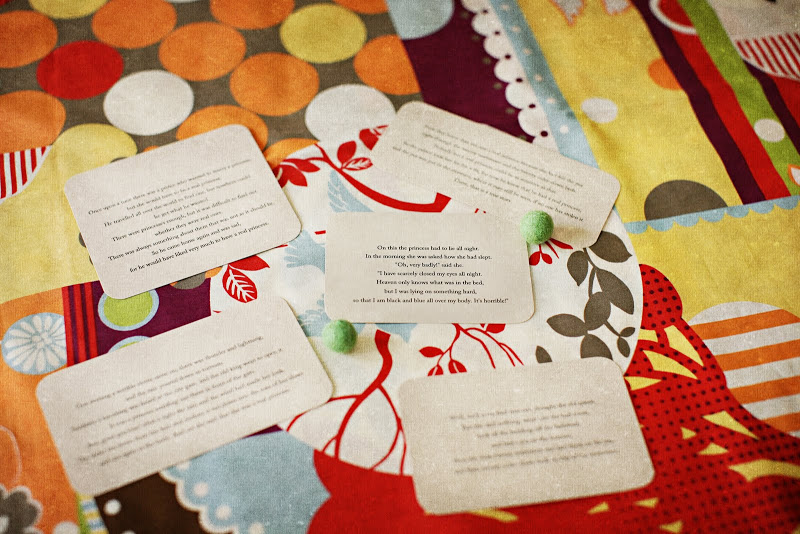 Tarjetas impresas con partes de la historia (originalmente pensó en colgarlas de globos blancos y solo una; donde el príncipe se casa con la princesa, colgaría del único globo color guisante.