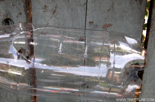 Cortar los envases con el cúter de modo que te quepa la mano y te permita atornillar. Marcar una X con el cúter donde irán los tornillos.