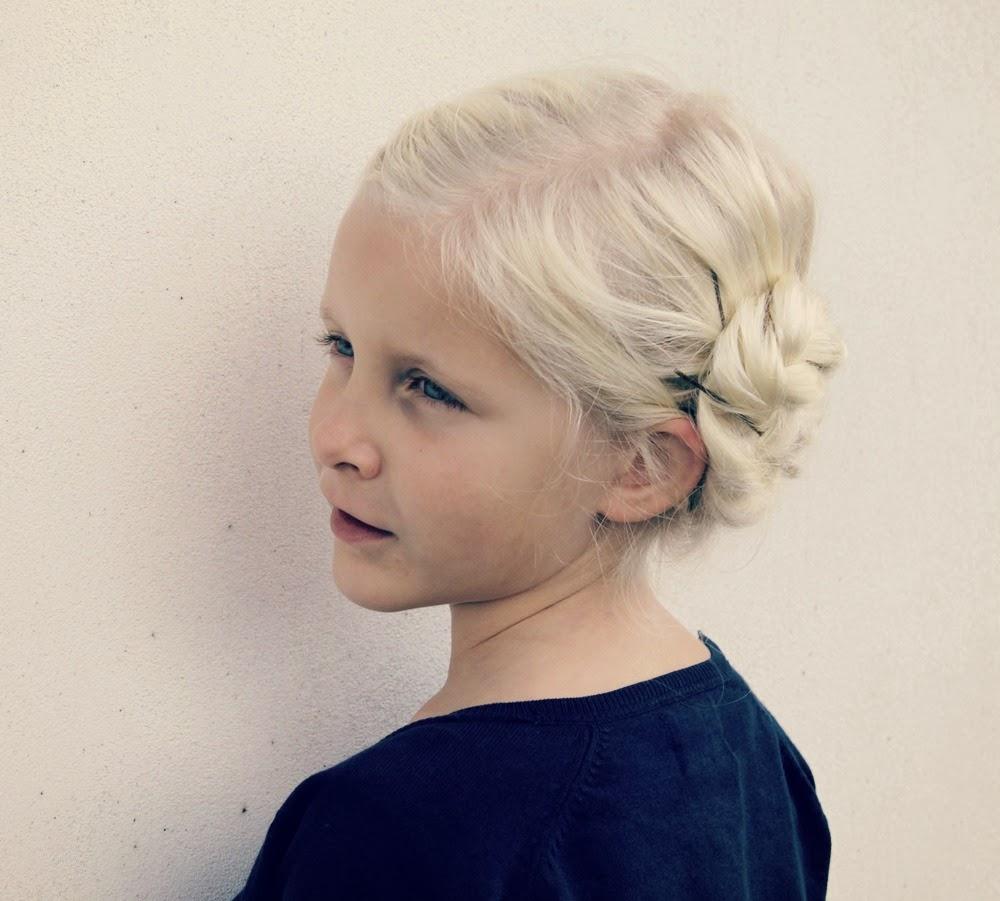 Peinado paje, niña, boda. Trenzado cabello niña.