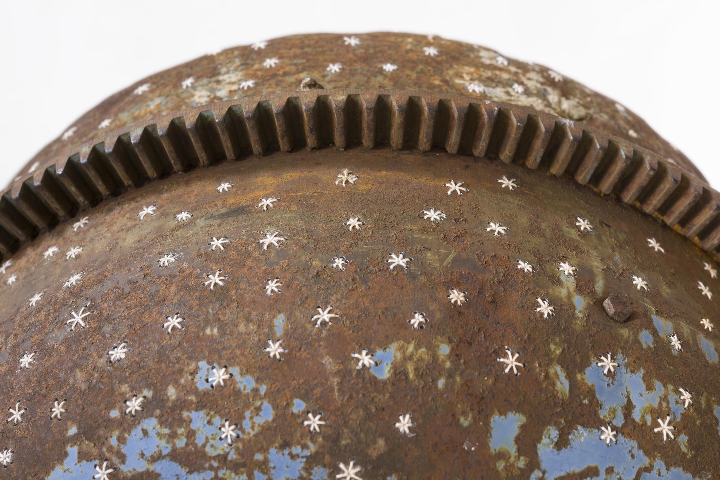 """""""Stjernehimmel"""" av Regien Cox. Fra serien """"Winnowing"""". Broderi på bearbeidet betongblander. Foto: Nasjonalmuseet."""