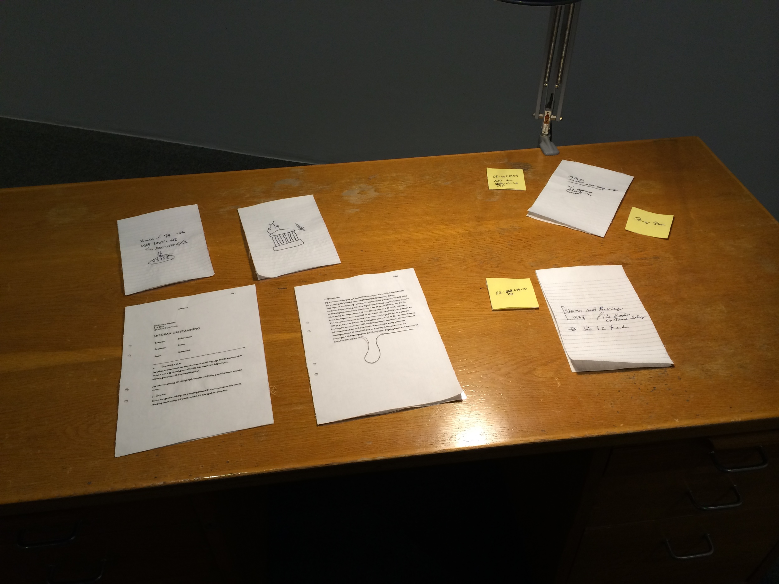 Erik Hellstens skrivebordsnotater. Alt er brodert.