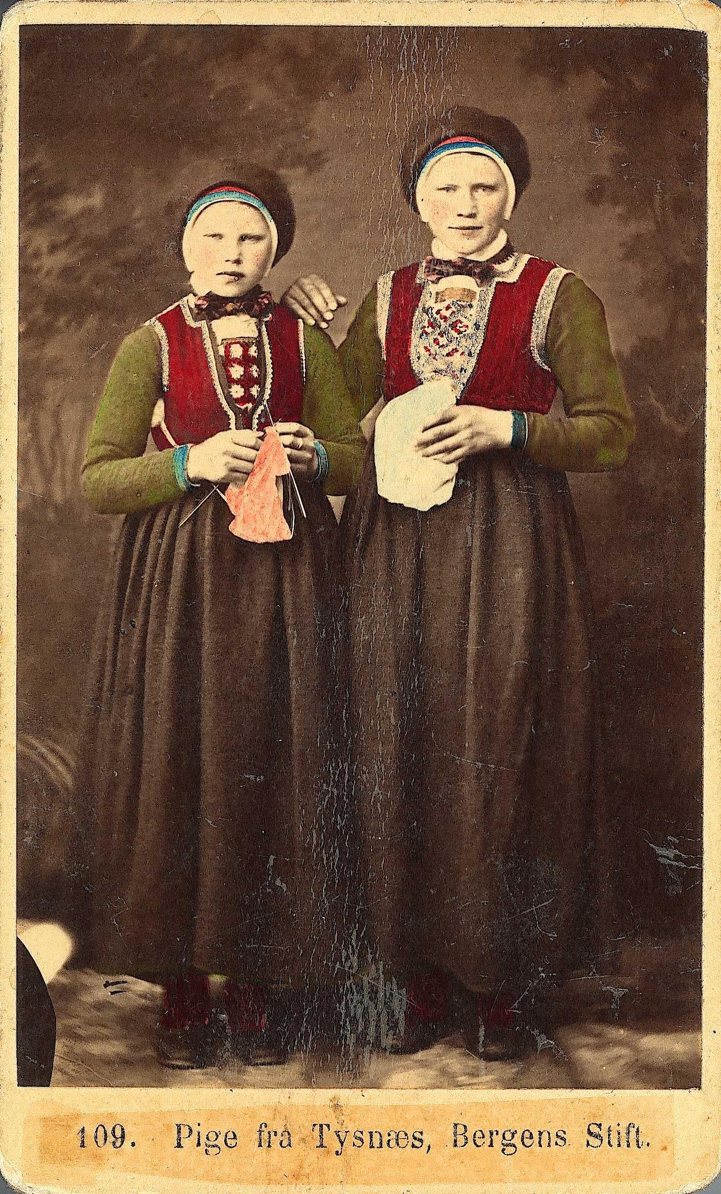 Jenter i bunad som strikker, strikking 1800-tallet, strikking i gamle dager