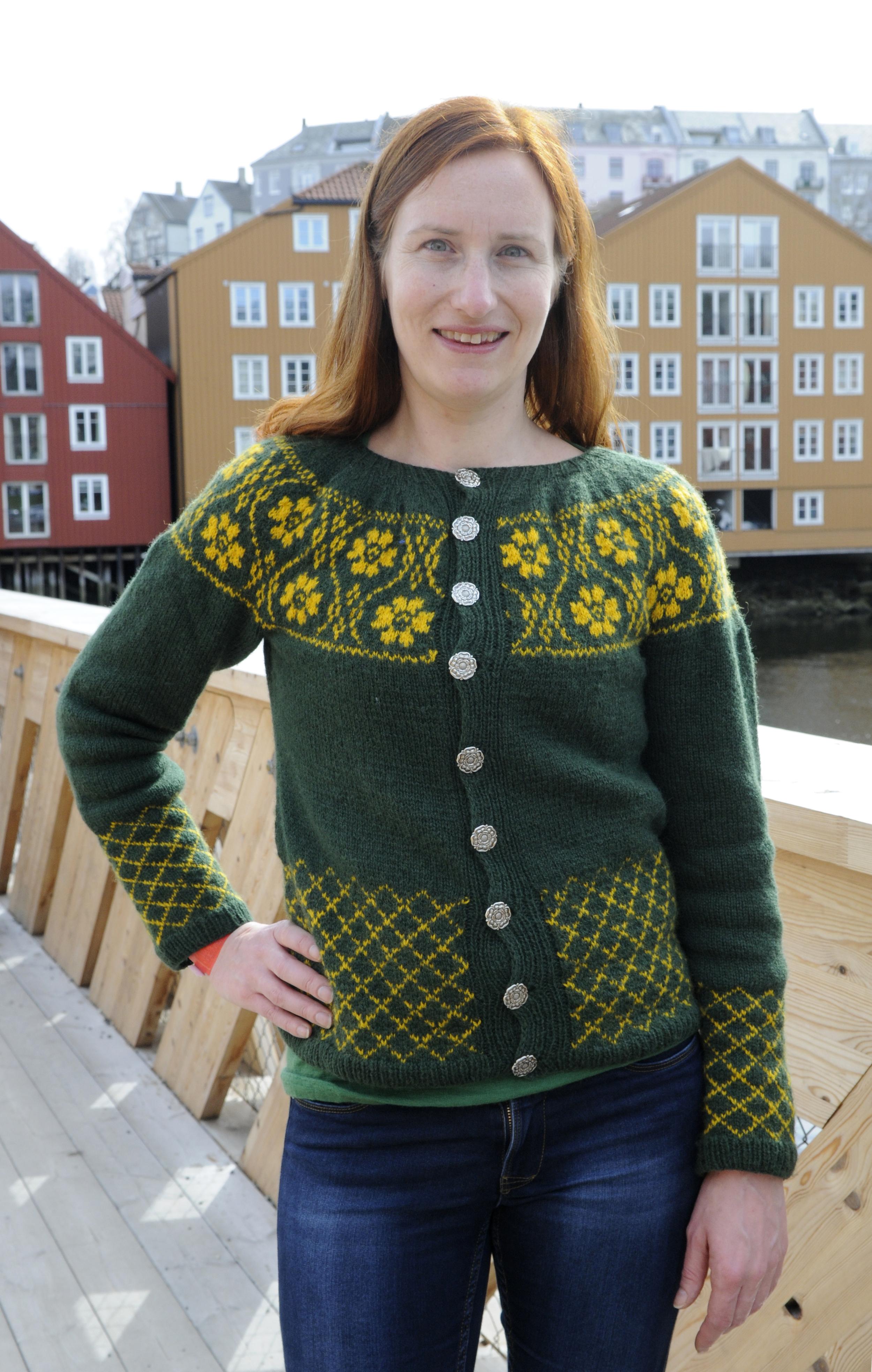 Turid Støa Bergmann i egendesignet jakke laget til koftefeste.