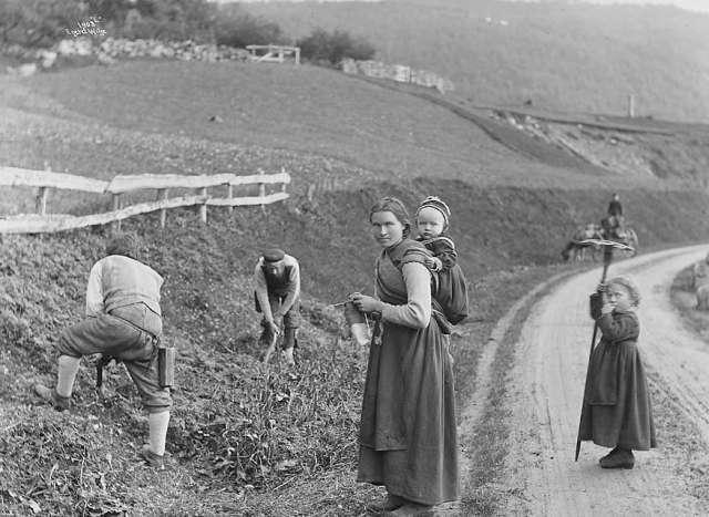 Fotoet er fra Odda. Det er tatt av den svenske fotografen Axel Lindahl (1841 -1906) som reiste rundt i Norge mellom 1883 og 1889. Foto: Axel Lindahl / Norsk Folkemuseum.