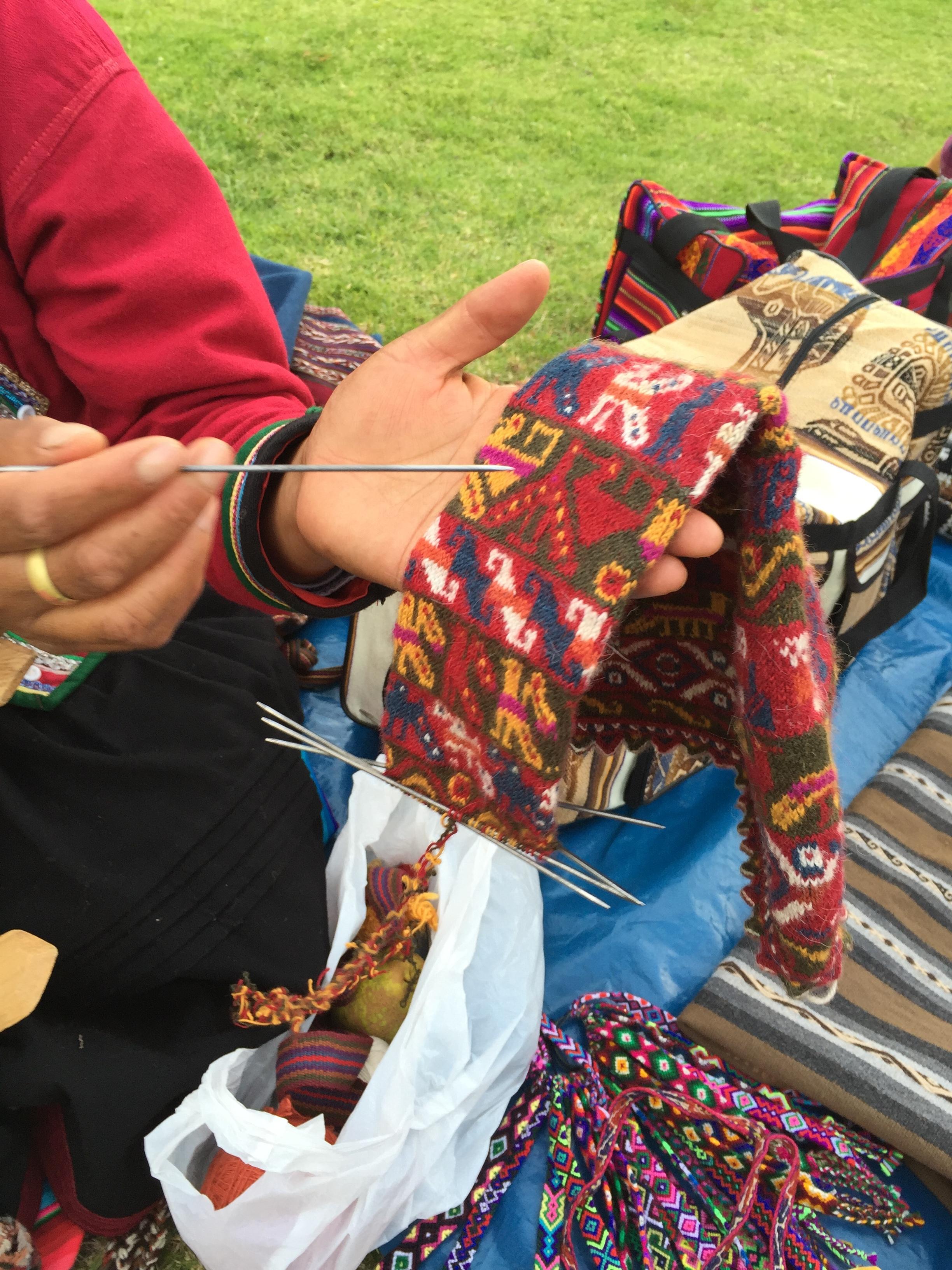 Kondoren, pumaen, slangen og kolibrien var inkaenes hellige dyr. De lever videre i dagens tekstiler.
