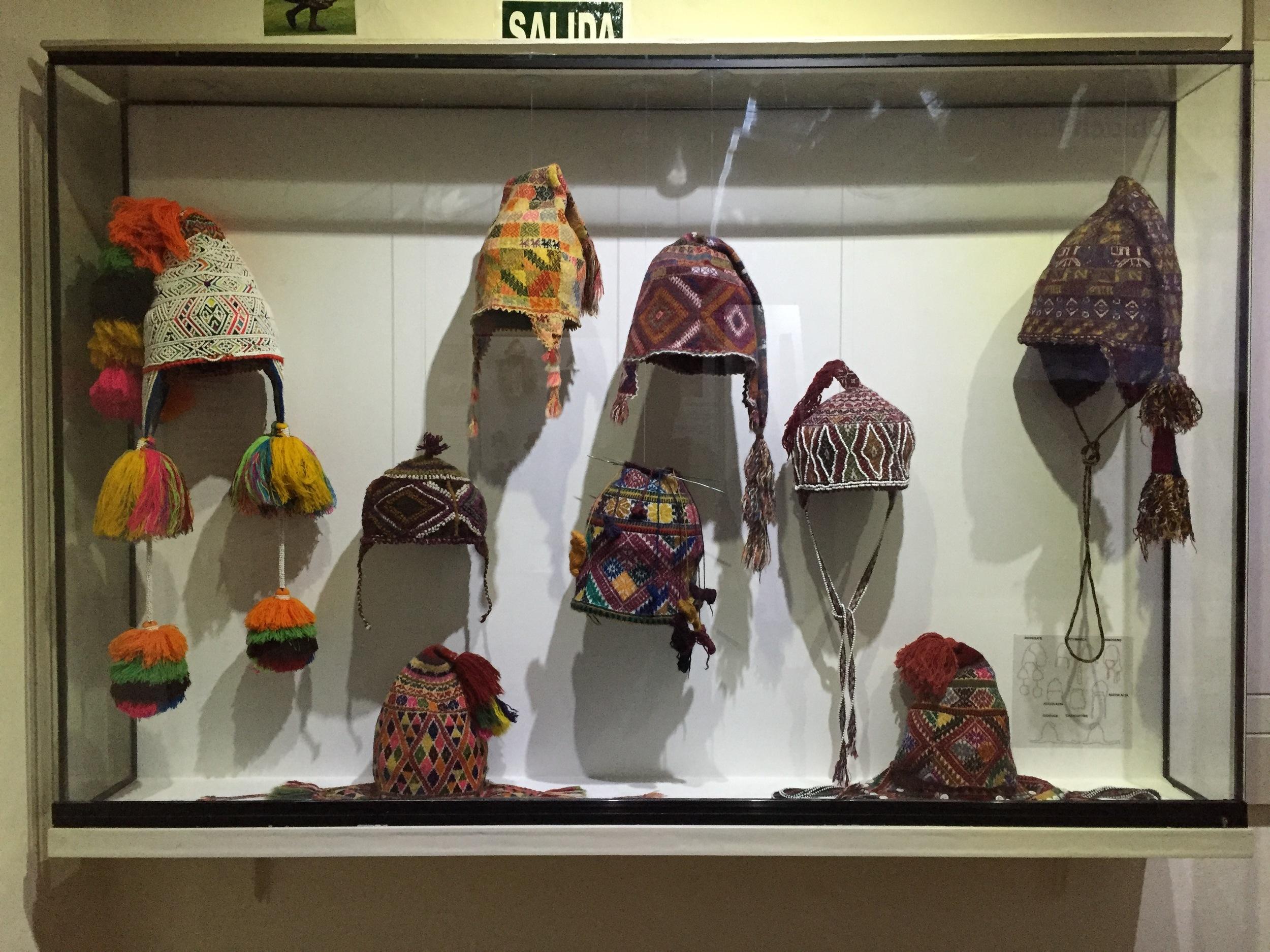 Forskjellige chullos utstilt på tekstilmuseet i Cusco.