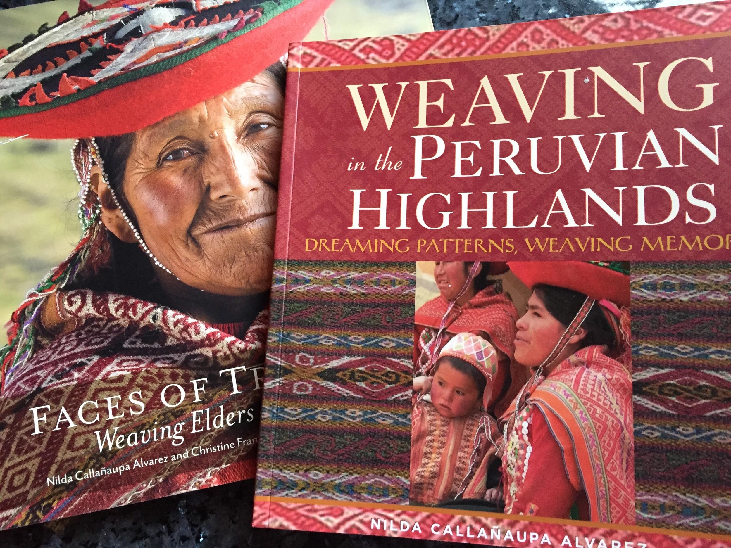Du finner mange flotte bilder og svært interessant informasjon om tekstilene i Andesfjellene i disse bøkene av Nilda Callanaupa Alvarez. Også om strikking.