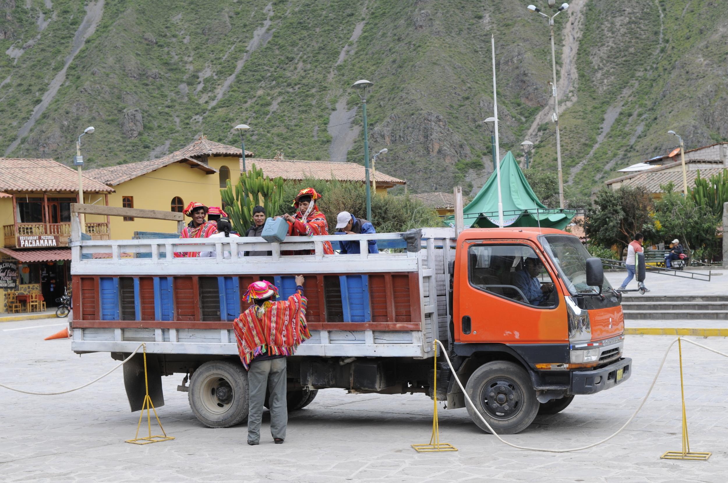 Plutselig ankom en lastebil full med ponchokledde menn.