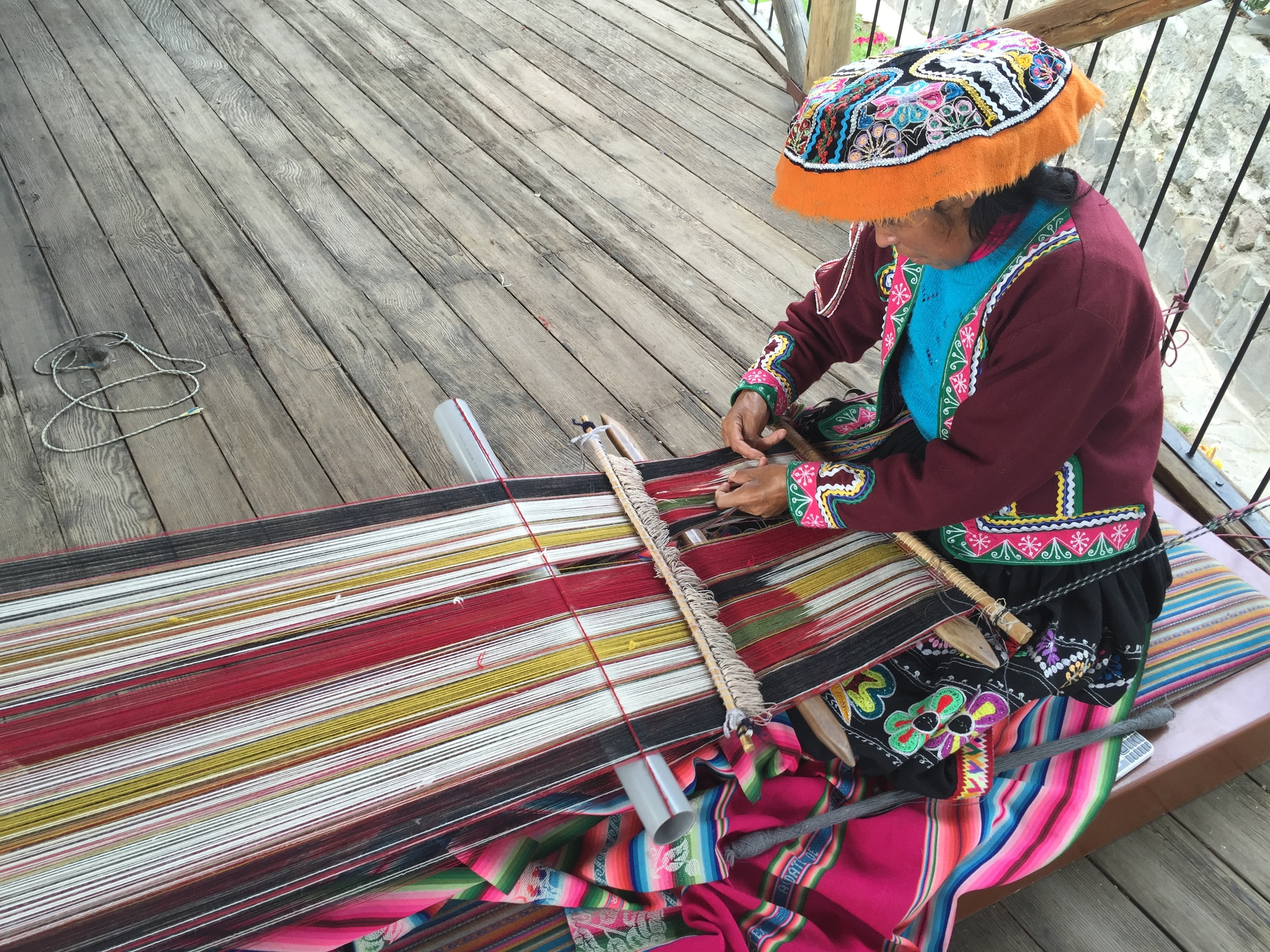Kvinne som demonstrerer veving hos garnfabrikanten Michell i Arequipa.