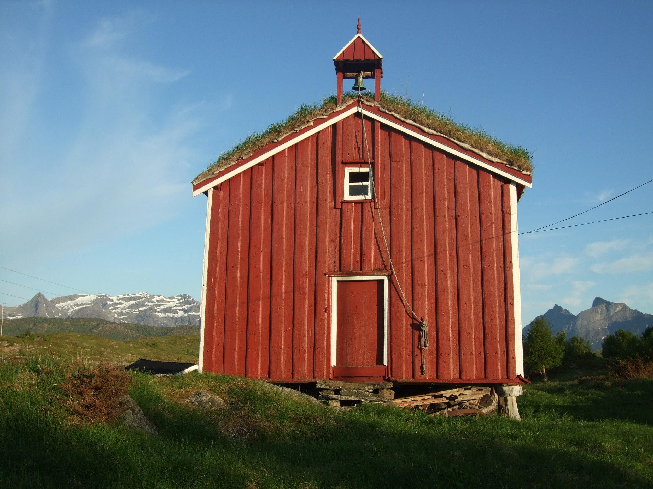 Stabbur i Nordland nytekket med never og torv etter restaurering. Foto: Finn Rindahl / Wikipedia .
