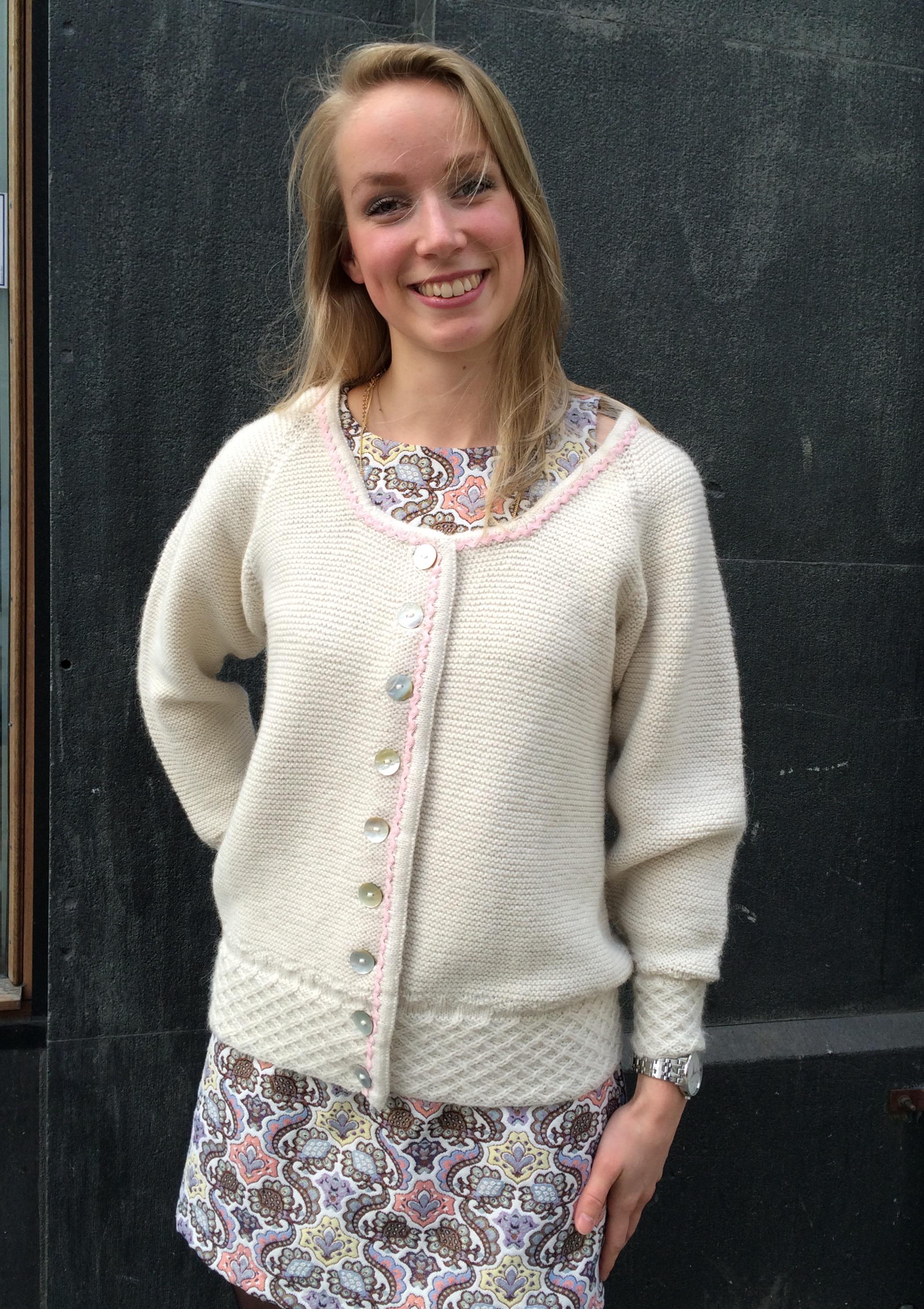 Anniken har her på seg en hvit jakke med raglanfelling. Oppskrift kommer på Ravelry etterhvert.