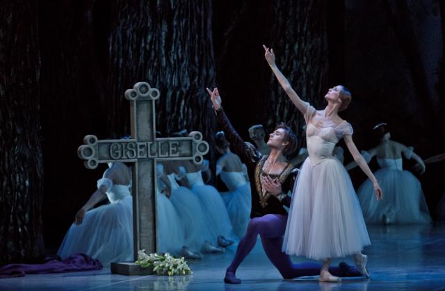 Svetlana Zakharova and Friedemann Vogel in Giselle Photo ©Martin Divisek