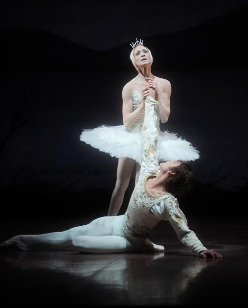 Alicia Amatriain and Friedemann Vogel in Swan Lake (c) Stuttgart Ballet