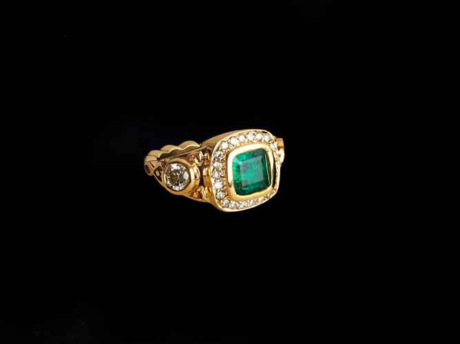 18k Gold Ring with Emerald & Diamonds