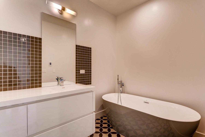 1634 W Augusta Blvd Chicago IL-large-021-22-Lower Level Master Bathroom-1500x1000-72dpi.jpg
