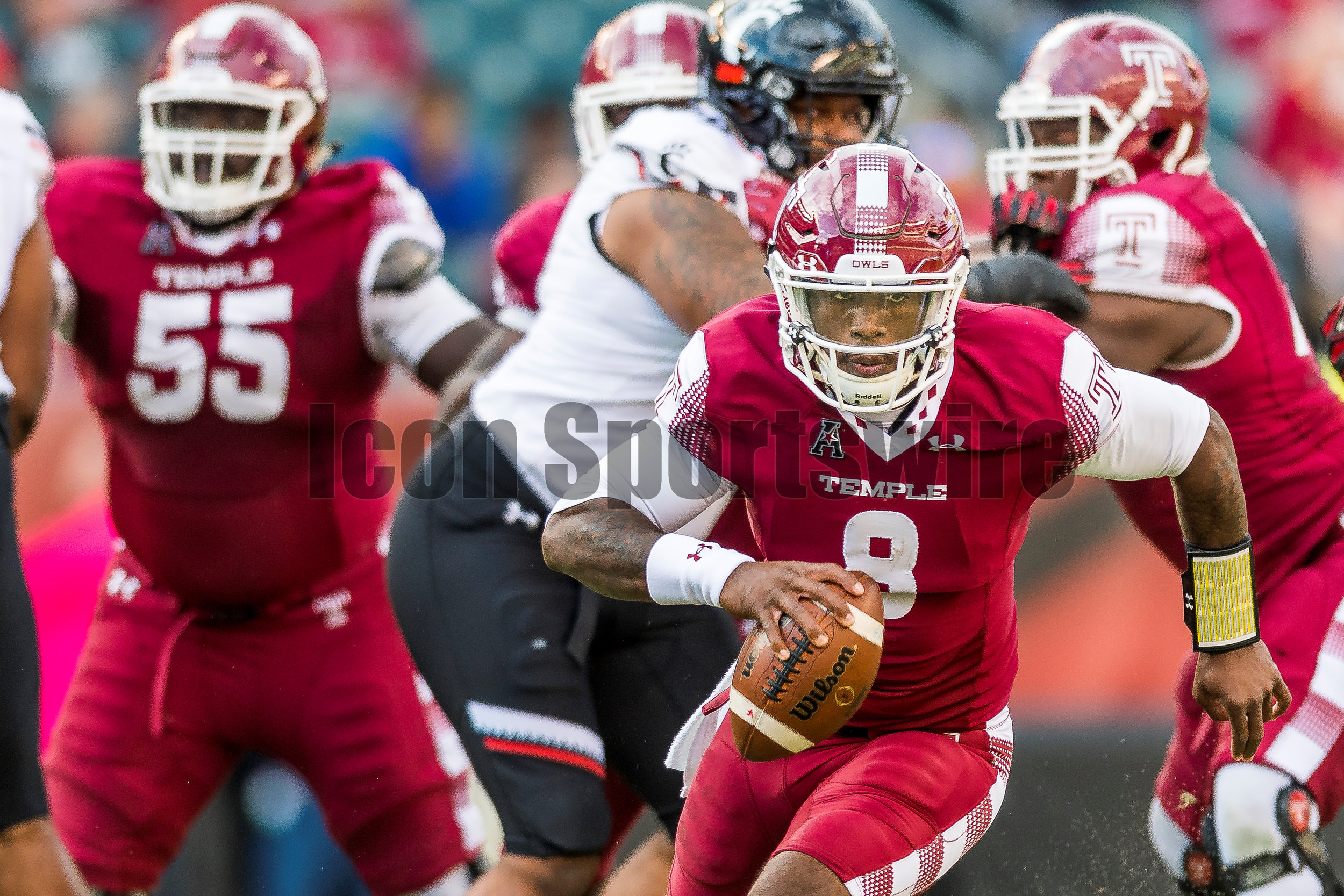 PHILADELPHIA, PA - OCTOBER 29: Temple Owls quarterback Phillip Walker (8) drives up the middle on his own during the game between the Cincinnati Bearcats and the Temple Owls on October 29, 2016, at Lincoln Financial Field in Philadelphia, PA. (Photo by Gavin Baker/Icon Sportswire)