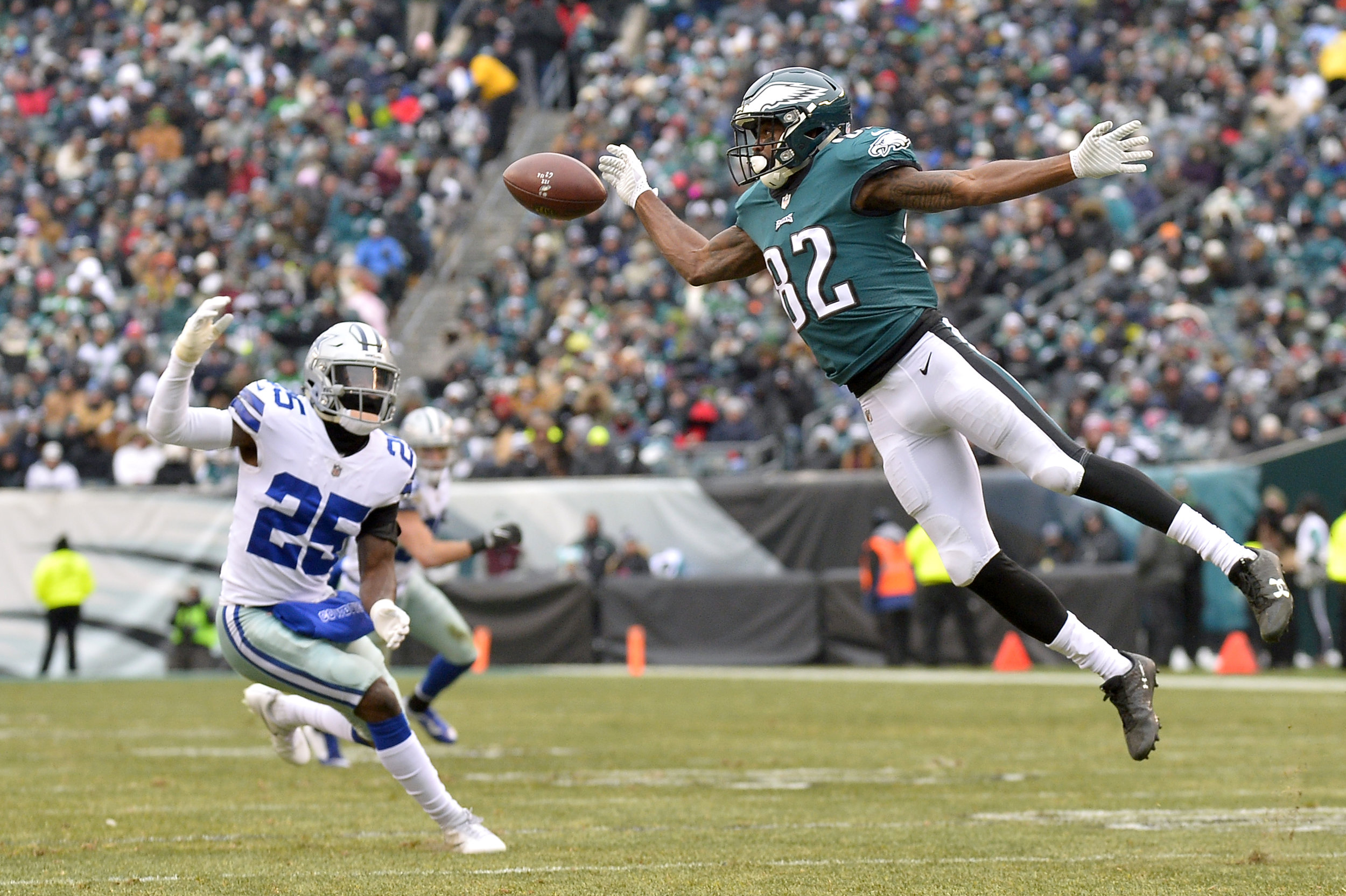 PHILADELPHIA, PA - DECEMBER 31: Philadelphia Eagles wide receiver Torrey Smith (82) reaches for the pass during the NFL game between the Dallas Cowboys and the Philadelphia Eagles on December 31, 2017 at Lincoln Financial Field in Philadelphia PA. (Photo by Gavin Baker/Icon Sportswire) © Icon Sportswire