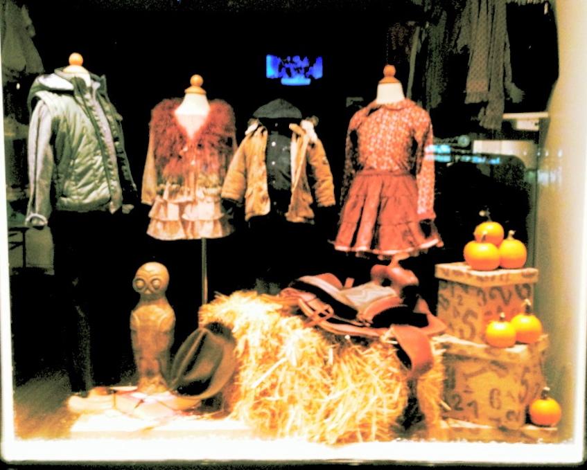 hay/owl/saddle/cowboy hat/pumpkins/books.  Featured brands: Silvian Heach, Sarabanda, TroiZenfantS