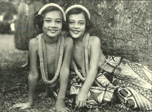 hula girls.jpeg