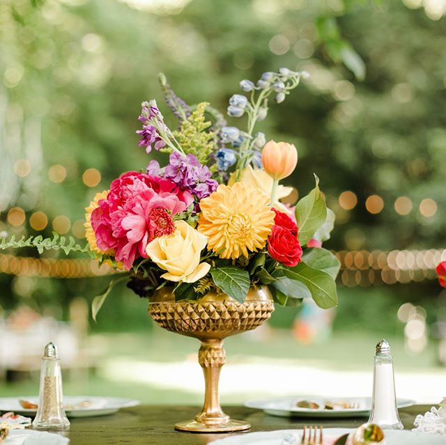 My all time favorite centerpiece 😍 Colorful flowers and gold are beautiful!