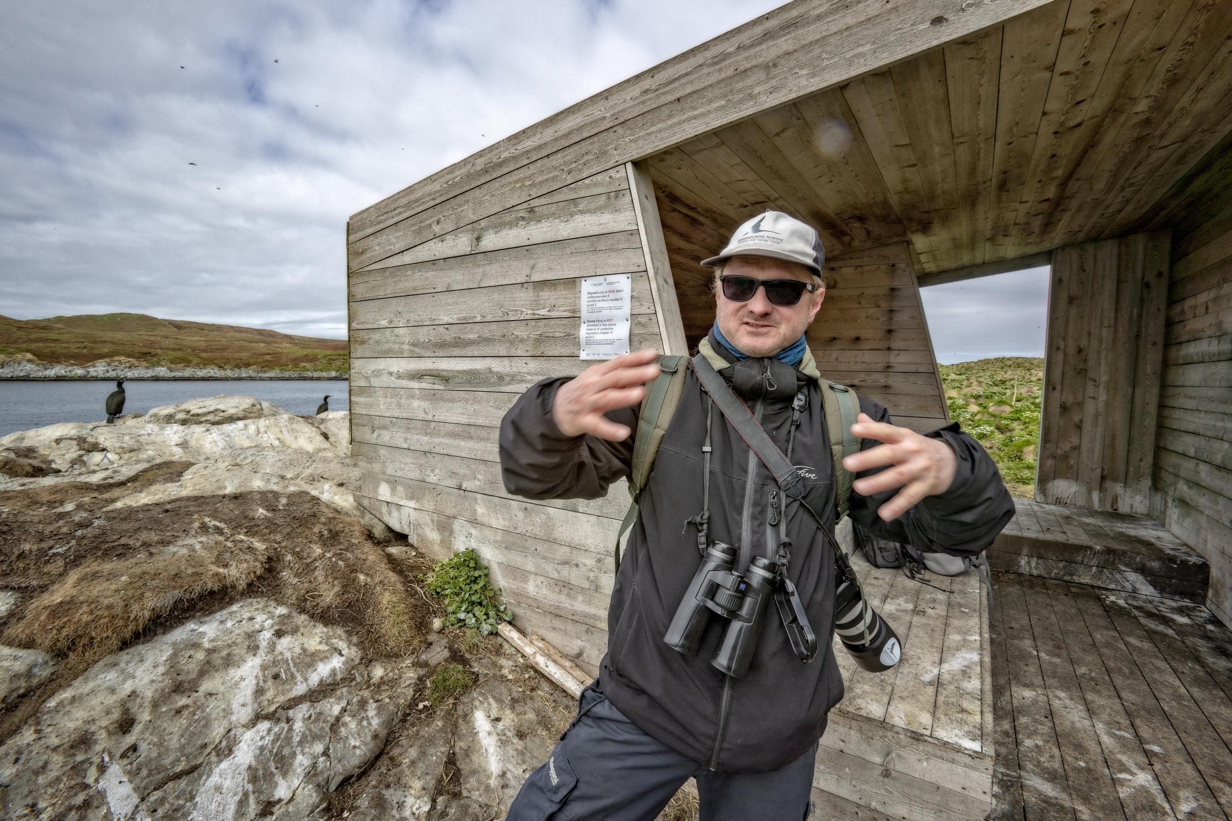 IVRIG FUGLETITTER: Anders Mæland elsker Varanger. – Her kan det dukke opp hva som helst av fugler! I sommer ble han veldig glad for å se en rosenmåke.