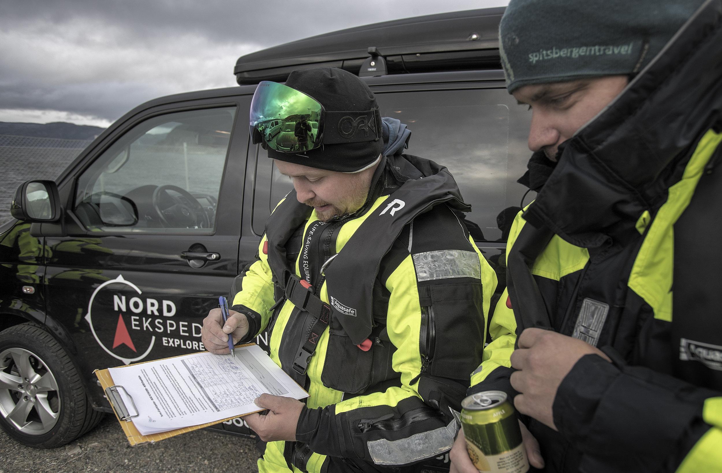 ALLE MANN OM BORD: Passasjerliste er et krav før turen på havet kan begynne. Vegard Uglebakken sjekker at Jørn-Roar Pedersen og de andre gjestene også har skrevet fødselsdato.