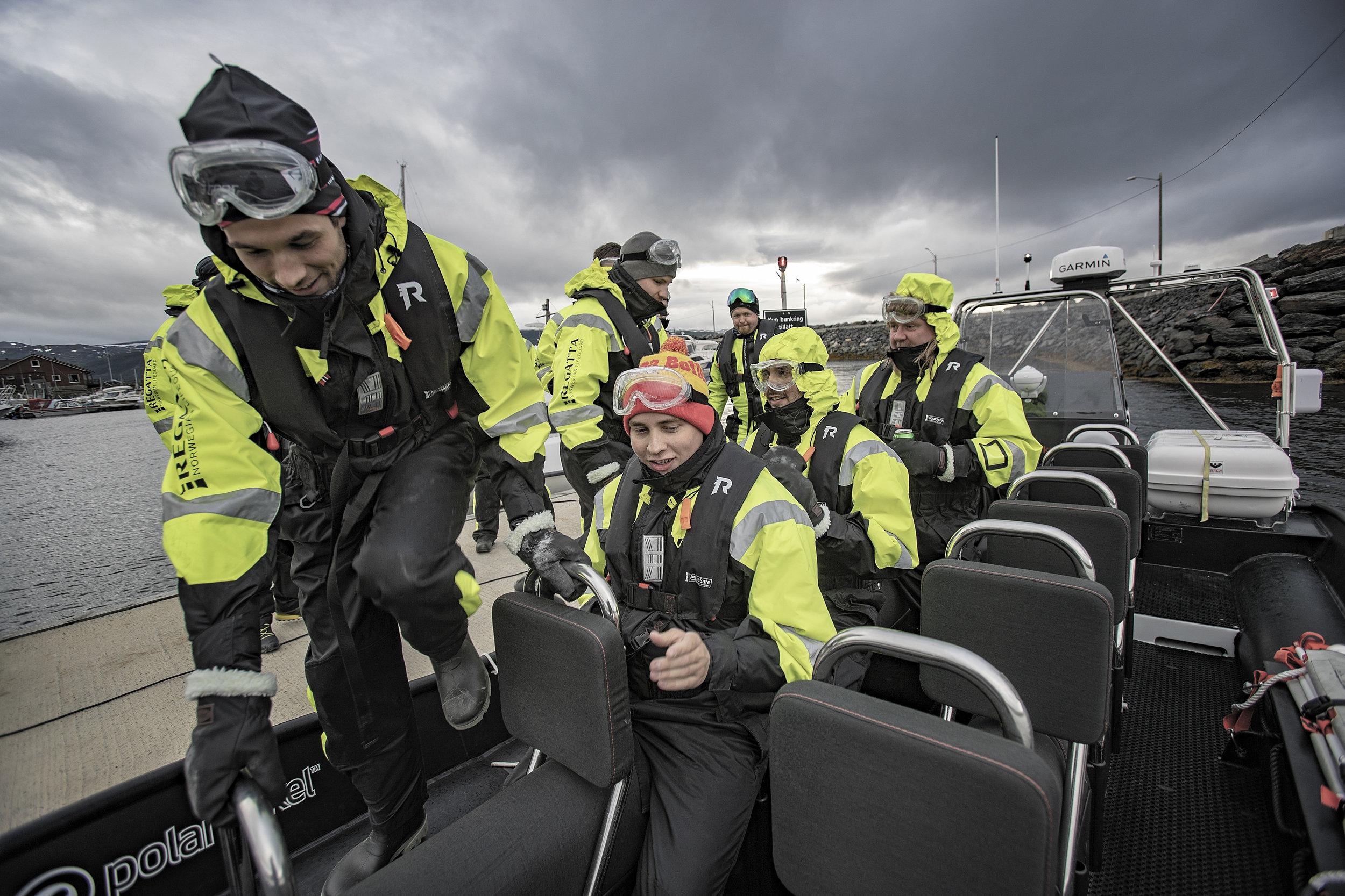OVERSKYLLING: RIB-en fra Polarcirkel har plass til 12 passasjerer og 2 guider. Skyene ser mørke ut, men regnet sov i skyene. Turen ble vellykket, og toppet med en overskylling og to.