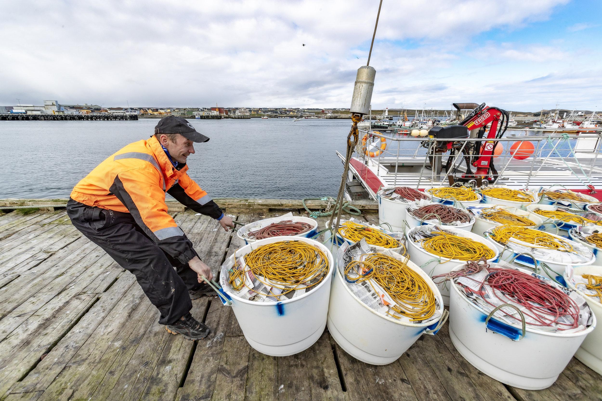 LINESTAMPER: I juni er «Vardøjenta» ute på to-dagers blåkveitefiske. Før Barentshavet venter, må det få på plass 60 linestamper og tørris.